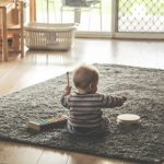 Le tapis d'éveil Montessori : nos conseils pour le choisir au mieux