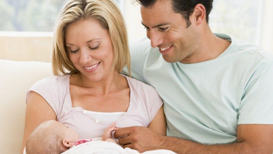 Parents qui portent leur bébé